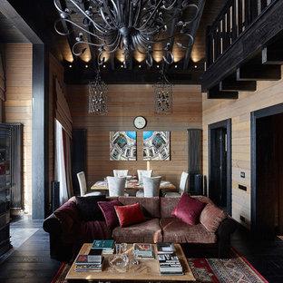 Свежая идея для дизайна: открытая гостиная комната в стиле кантри с коричневыми стенами, темным паркетным полом и черным полом - отличное фото интерьера