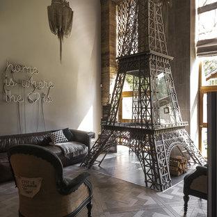 На фото: гостиная комната в стиле фьюжн с серыми стенами, темным паркетным полом и серым полом с