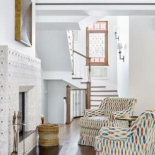 Стильный дизайн: гостиная комната в средиземноморском стиле с белыми стенами, паркетным полом среднего тона, стандартным камином и коричневым полом - последний тренд