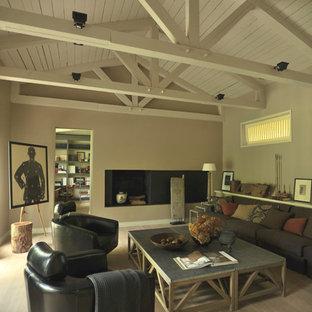 Foto di un soggiorno design di medie dimensioni e chiuso con sala formale, pareti beige, parquet chiaro, camino lineare Ribbon, cornice del camino piastrellata e pavimento beige