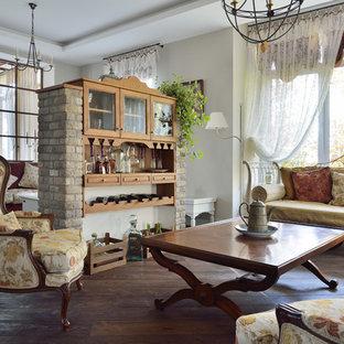 Новый формат декора квартиры: открытая гостиная комната в классическом стиле с белыми стенами, паркетным полом среднего тона и коричневым полом