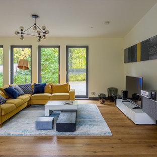 Идея дизайна: большая изолированная гостиная комната в скандинавском стиле с белыми стенами, паркетным полом среднего тона, отдельно стоящим ТВ и коричневым полом без камина