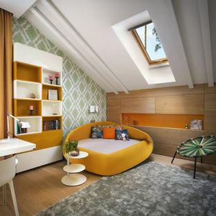 Пример оригинального дизайна: изолированная гостиная комната в современном стиле с разноцветными стенами, паркетным полом среднего тона и коричневым полом