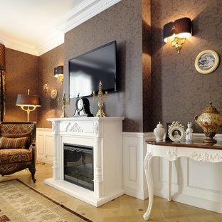 他の地域の大きいトラディショナルスタイルのおしゃれな独立型ファミリールーム (茶色い壁、淡色無垢フローリング、標準型暖炉、壁掛け型テレビ、ベージュの床) の写真
