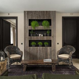 Стильный дизайн: гостиная комната в современном стиле с бежевыми стенами и бежевым полом - последний тренд