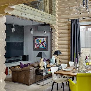 Пример оригинального дизайна: парадная, открытая гостиная комната в стиле кантри с бежевыми стенами, светлым паркетным полом, телевизором на стене и бежевым полом