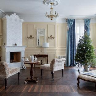 Пример оригинального дизайна: изолированная гостиная комната в современном стиле с бежевыми стенами, темным паркетным полом, угловым камином, фасадом камина из плитки и коричневым полом