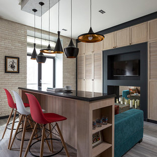 Ispirazione per un piccolo soggiorno bohémian aperto con pavimento in laminato, sala formale, TV a parete e pareti beige