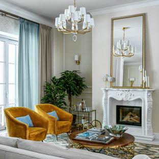 Cette image montre un salon traditionnel avec un mur beige, une cheminée standard, un sol gris et du lambris.