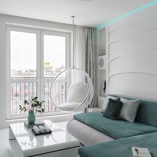 Ejemplo de salón abierto, contemporáneo, pequeño, con paredes blancas, suelo de baldosas de porcelana, televisor retractable y suelo blanco