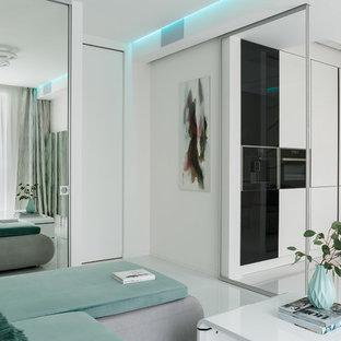 サンクトペテルブルクの小さいコンテンポラリースタイルのおしゃれなLDK (白い壁、磁器タイルの床、内蔵型テレビ、白い床) の写真