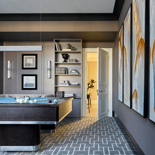Стильный дизайн: комната для игр в стиле современная классика с серыми стенами, ковровым покрытием и серым полом - последний тренд