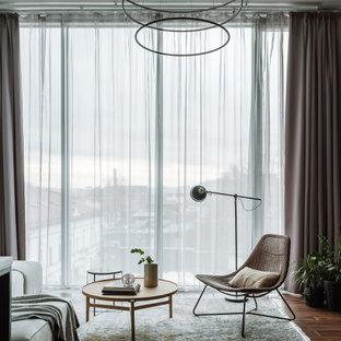 Неиссякаемый источник вдохновения для домашнего уюта: открытая гостиная комната в современном стиле с темным паркетным полом и коричневым полом