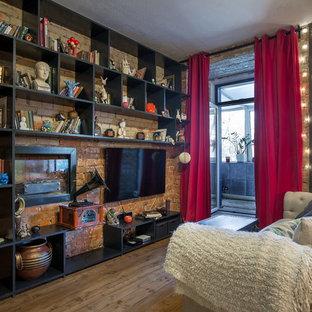Свежая идея для дизайна: гостиная комната в стиле фьюжн с темным паркетным полом, горизонтальным камином и мультимедийным центром - отличное фото интерьера