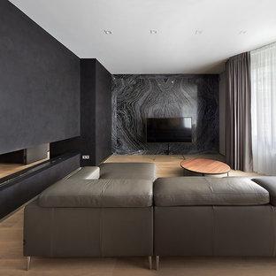 На фото: большая открытая, парадная гостиная комната в современном стиле с черными стенами, светлым паркетным полом, горизонтальным камином, отдельно стоящим ТВ и бежевым полом