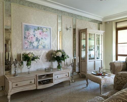 Wohnzimmer mit verputztem Kaminsims und Marmorboden ...