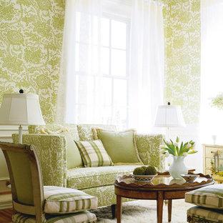 На фото: гостиная комната в классическом стиле с зелеными стенами и ковровым покрытием
