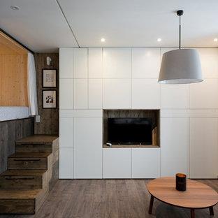 Kleines, Repräsentatives, Offenes Modernes Wohnzimmer ohne Kamin mit weißer Wandfarbe, Laminat und freistehendem TV in Moskau