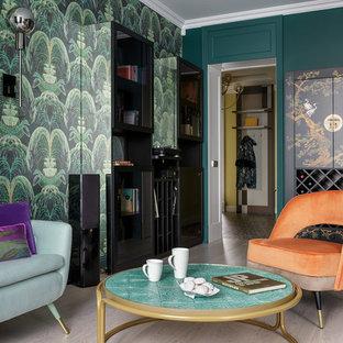 Пример оригинального дизайна: изолированная гостиная комната в современном стиле с зелеными стенами, светлым паркетным полом и бежевым полом