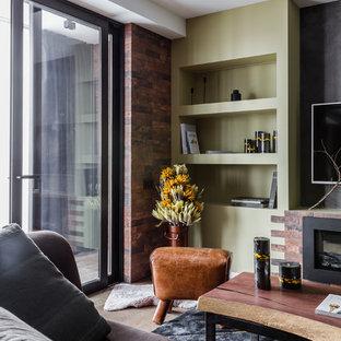 他の地域の中サイズのインダストリアルスタイルのおしゃれなリビングロフト (ライブラリー、茶色い壁、磁器タイルの床、横長型暖炉、レンガの暖炉まわり、壁掛け型テレビ、グレーの床) の写真