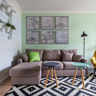 Идея дизайна: открытая гостиная комната в стиле современная классика с зелеными стенами и светлым паркетным полом