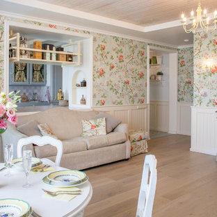 他の地域のシャビーシック調のおしゃれなリビング (マルチカラーの壁、無垢フローリング、茶色い床) の写真