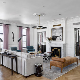 Immagine di un grande soggiorno design chiuso con sala formale, pareti bianche, parquet chiaro, camino classico, cornice del camino in pietra, nessuna TV e pavimento giallo
