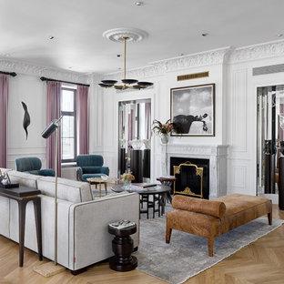 Großes, Repräsentatives, Fernseherloses, Abgetrenntes Modernes Wohnzimmer mit weißer Wandfarbe, hellem Holzboden, Kamin, Kaminsims aus Stein und gelbem Boden in Moskau