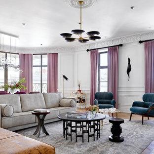 Idee per un grande soggiorno contemporaneo chiuso con sala formale, pareti bianche, parquet chiaro, camino classico, cornice del camino in pietra, nessuna TV e pavimento giallo
