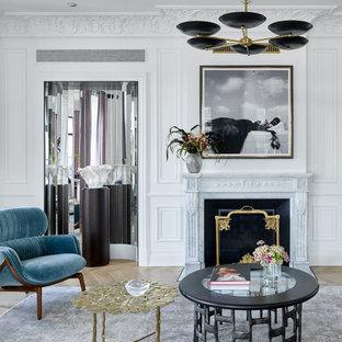 Idee per un grande soggiorno minimal chiuso con sala formale, pareti bianche, parquet chiaro, camino classico, cornice del camino in pietra, nessuna TV e pavimento giallo