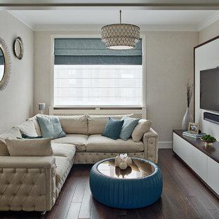 Неиссякаемый источник вдохновения для домашнего уюта: изолированная гостиная комната в стиле современная классика с бежевыми стенами, темным паркетным полом и телевизором на стене