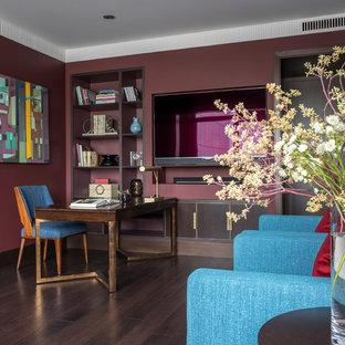 Diseño de salón tradicional renovado, de tamaño medio, sin chimenea, con paredes rojas, suelo de madera oscura, televisor colgado en la pared y suelo marrón