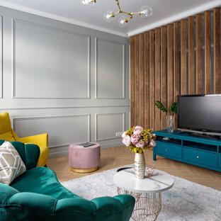 Выдающиеся фото от архитекторов и дизайнеров интерьера: гостиная комната среднего размера в современном стиле с серыми стенами, светлым паркетным полом, отдельно стоящим ТВ и бежевым полом без камина