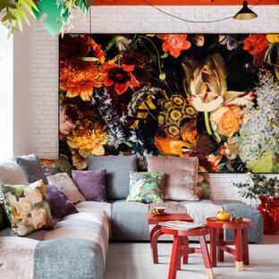 Mittelgroßes, Offenes Modernes Wohnzimmer ohne Kamin mit weißer Wandfarbe, hellem Holzboden, freistehendem TV, weißem Boden und Ziegelwänden in Sonstige