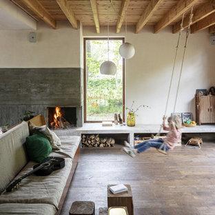 Стильный дизайн: открытая гостиная комната в стиле фьюжн с белыми стенами, темным паркетным полом, стандартным камином, коричневым полом, балками на потолке и деревянным потолком - последний тренд