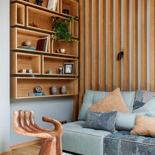 Удачное сочетание для дизайна помещения: гостиная комната в современном стиле с светлым паркетным полом и серыми стенами - самое интересное для вас