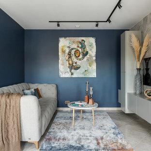 モスクワのコンテンポラリースタイルのおしゃれなファミリールーム (青い壁、暖炉なし、壁掛け型テレビ、ベージュの床) の写真