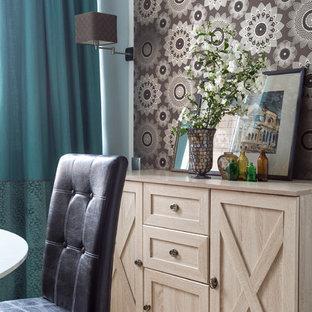 Foto de salón papel pintado, contemporáneo, pequeño, papel pintado, con paredes grises, suelo de madera en tonos medios, suelo beige y papel pintado