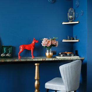 Идея дизайна: гостиная комната в стиле фьюжн с синими стенами, ковровым покрытием и разноцветным полом