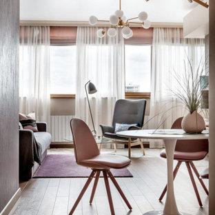 Idee per un soggiorno bohémian di medie dimensioni e aperto con pareti viola e TV a parete