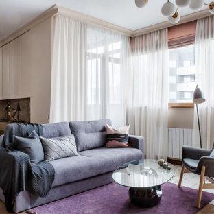 Esempio di un soggiorno eclettico di medie dimensioni e aperto con pareti viola e TV a parete