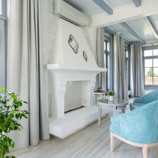 Пример оригинального дизайна: большая парадная, открытая гостиная комната в средиземноморском стиле с белыми стенами, полом из керамической плитки, фасадом камина из штукатурки, бежевым полом и горизонтальным камином