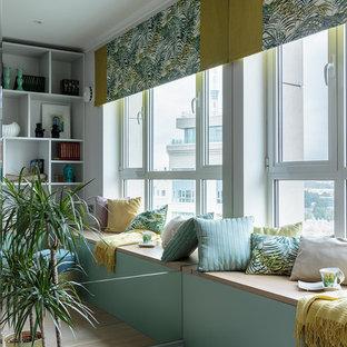 Imagen de salón actual, pequeño, con suelo de madera clara y suelo beige