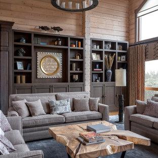 Idéer för att renovera ett lantligt vardagsrum, med beige väggar, mellanmörkt trägolv och brunt golv