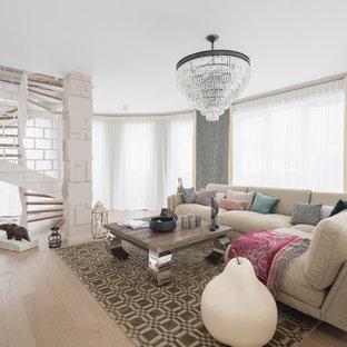 Пример оригинального дизайна: гостиная комната в современном стиле с светлым паркетным полом