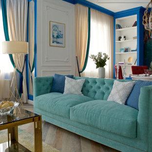 На фото: парадная гостиная комната в стиле фьюжн с разноцветными стенами и бежевым полом с