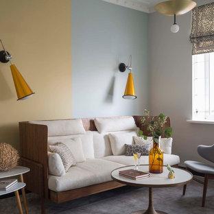 Свежая идея для дизайна: гостиная комната в скандинавском стиле с разноцветными стенами - отличное фото интерьера