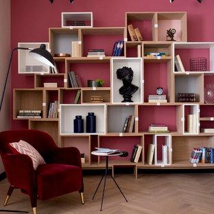 На фото: гостиная комната в современном стиле с красными стенами, светлым паркетным полом и бежевым полом с