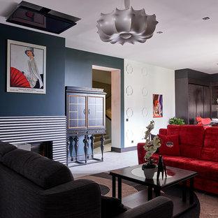 Пример оригинального дизайна: парадная, открытая гостиная комната в современном стиле с стандартным камином, телевизором на стене и синими стенами