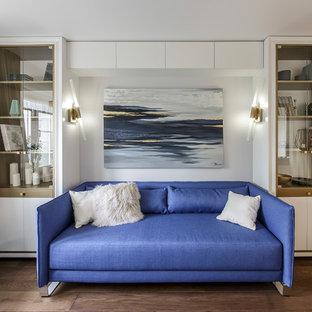 На фото: изолированная гостиная комната в современном стиле с белыми стенами, темным паркетным полом и коричневым полом с